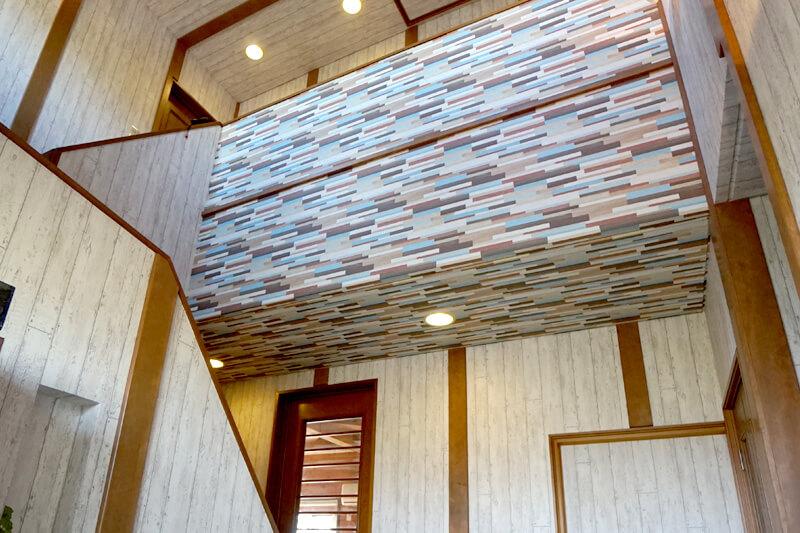 豊田市の施工事例 クロスの上の和室風付け柱がアクセントの玄関ホール