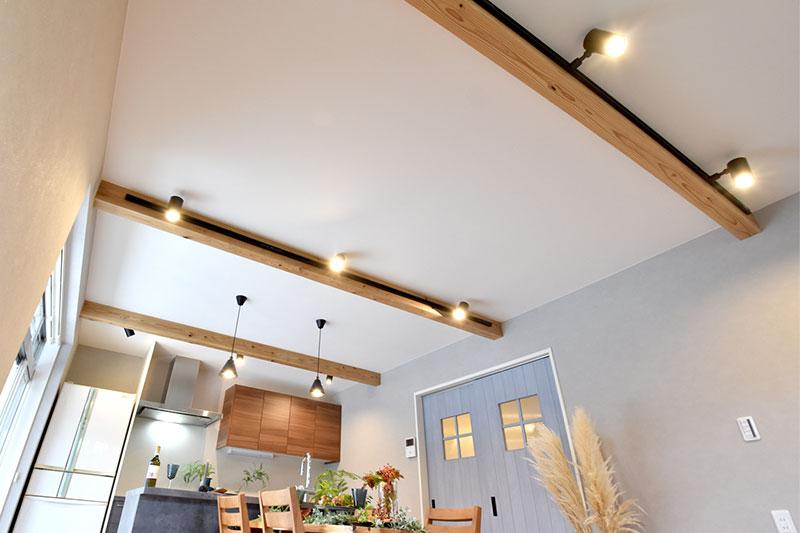 天井の化粧梁にはレールとスポットライトを設置