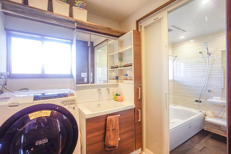 収納たっぷりの洗面脱衣所とくつろぎのバスルーム