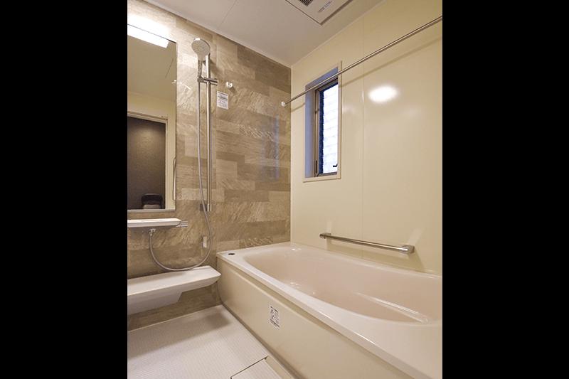 広々とした浴槽でリラックスできるバスルーム