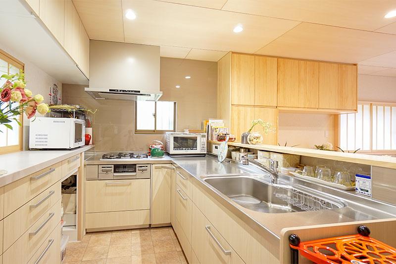 ステンレスで掃除がしやすい、広々L字型キッチン