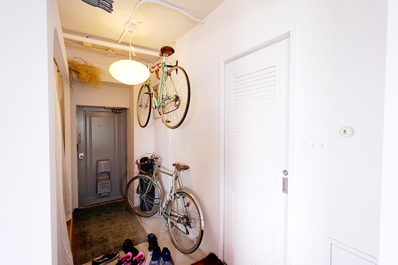 自転車が掛けられる玄関