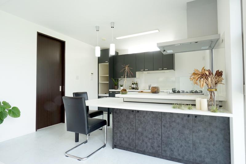くっきりとしたコントラストが印象的なキッチン