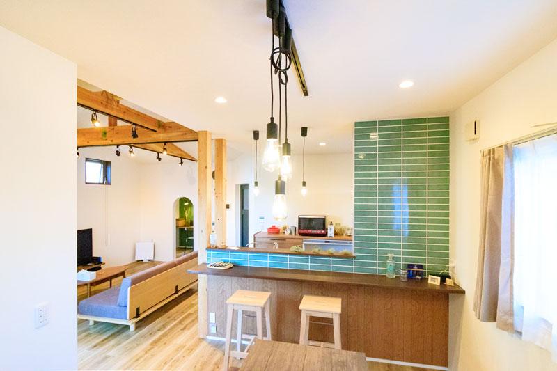 タイルが彩りを加えたキッチン壁