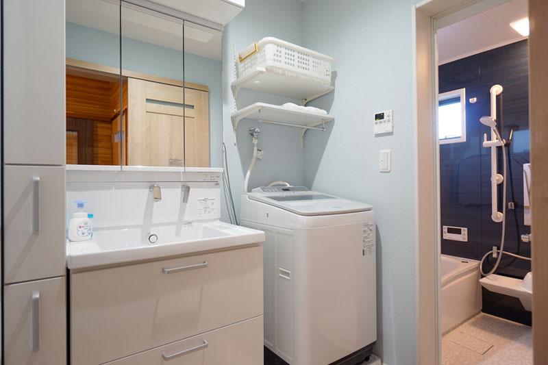 洗濯パンを縮小し、洗面台の収納棚が設置可能に