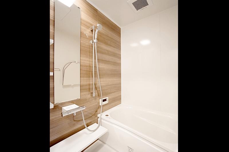 シンプルなデザインの浴室